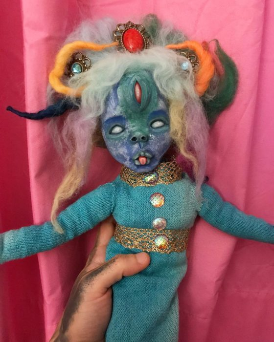 Muñeca azul rara