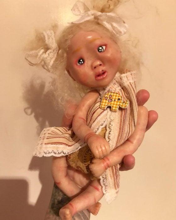 Muñeca con marca en la cara