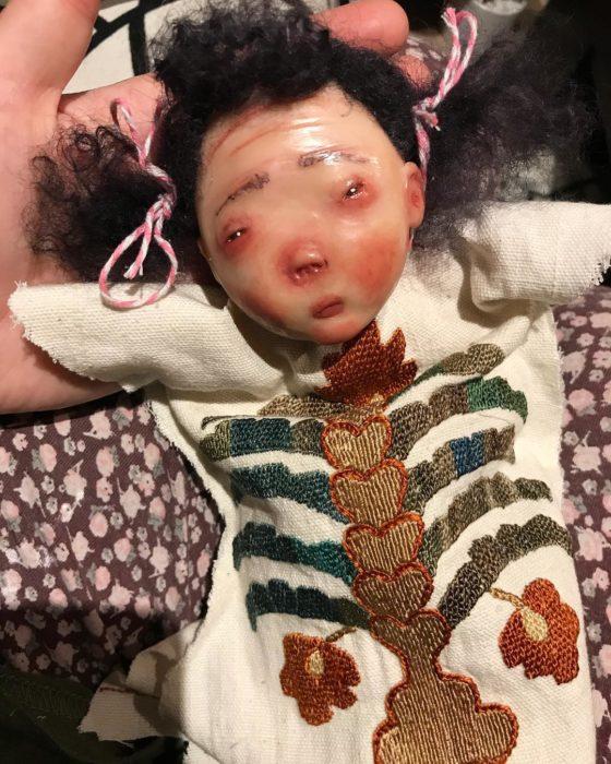 Muñeca con ropa de esqueleto