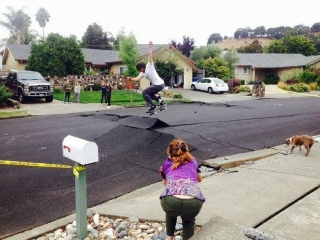 skateboarding en pavimento levantado
