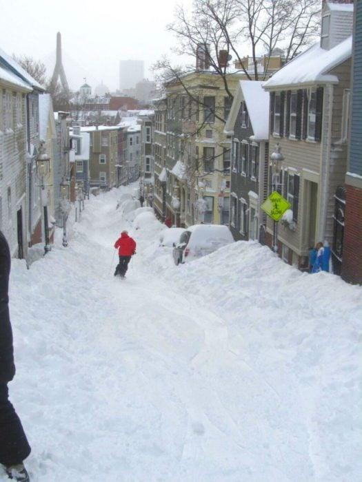 esquiando en calle nevada