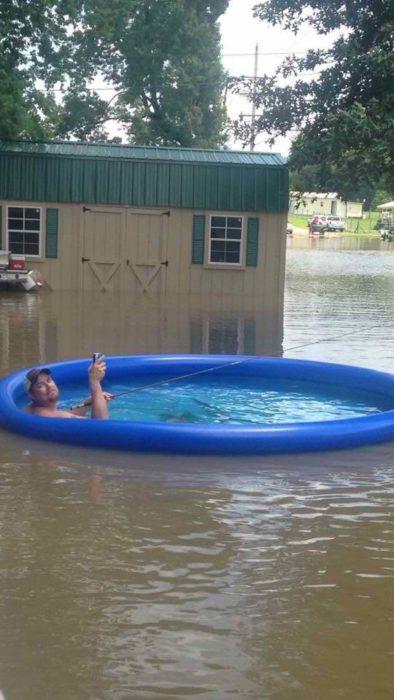 flotando en alberca en medio de inundación