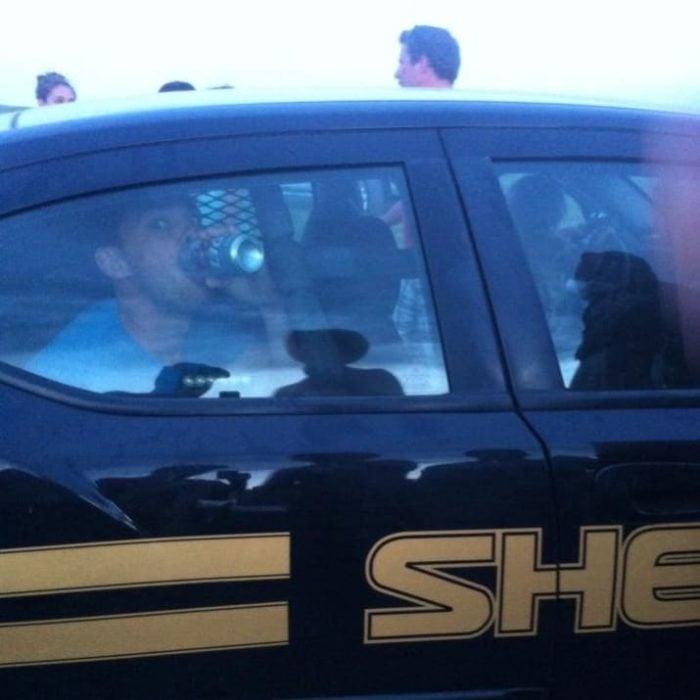 tomando en carro de policía