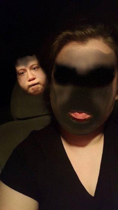 Face swap mujer y fantasma al fondo