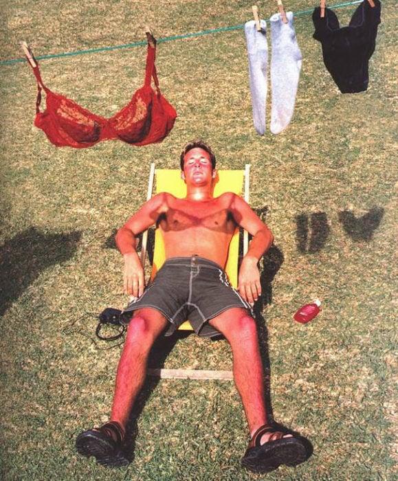 Hombre tomando el sol, sombra trae brasiere