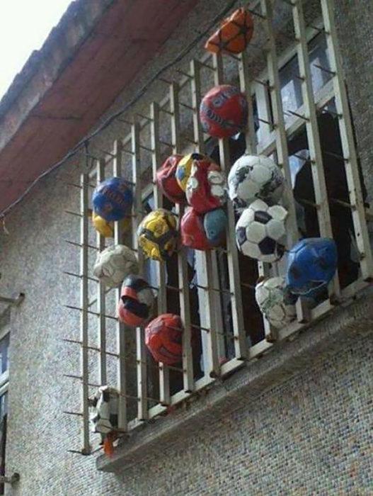 pelotas reventadas en la ventana