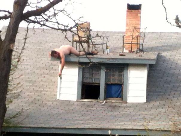 hombre desnudo en el techo
