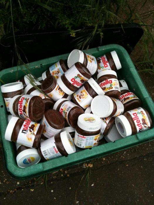 Bote de basura lleno de nutella