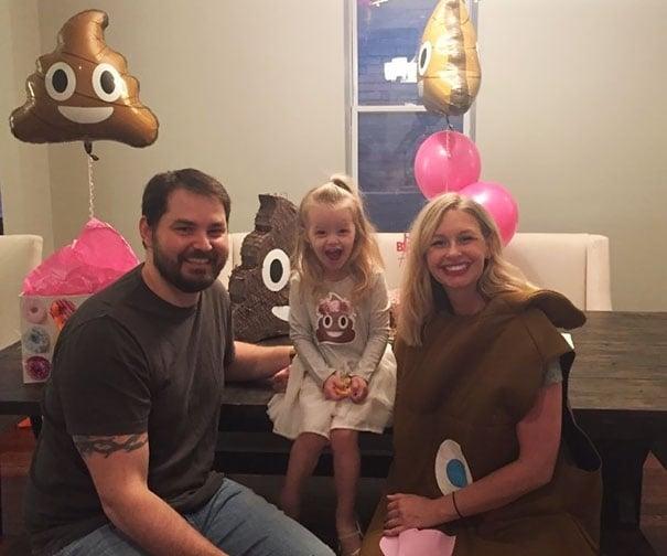 pareja niña cumpleaños emoji popó