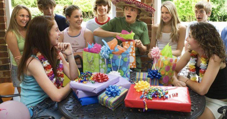 abrir regalos frente a invitados