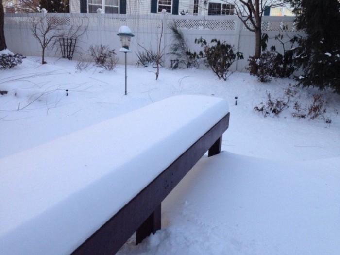 Banca cubierta de nieve