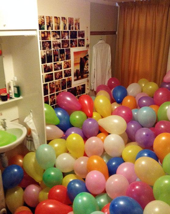 baño broma globos