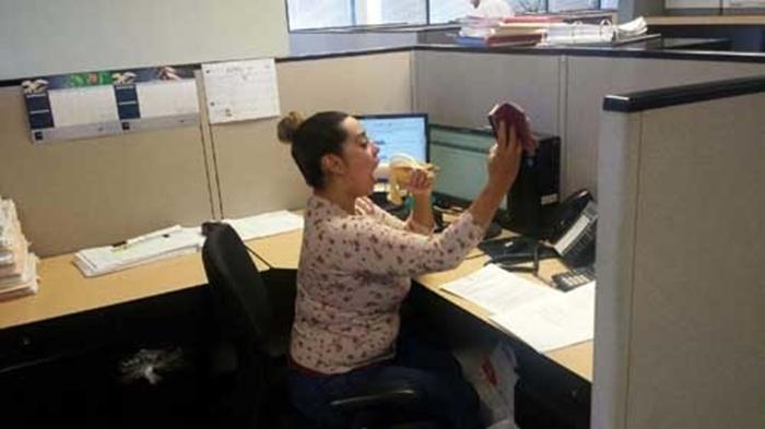 Selfie comiendo plátano en el trabajo