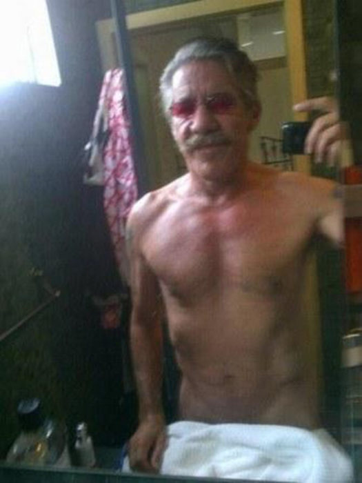 Señor toma selfie