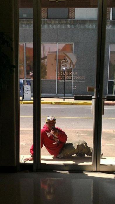 Selfie sentado en el piso