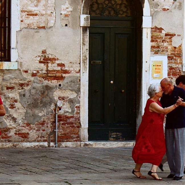 Aebuelitos bailando calle RecreoViral.com