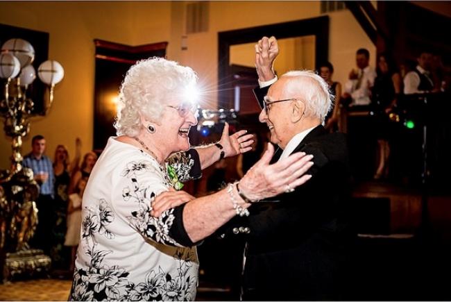 Abuelitos festejando juntos RecreoViral.com