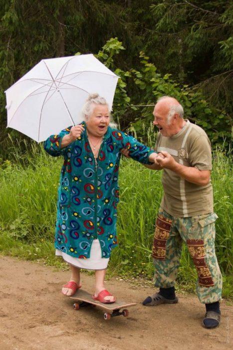 Abuelitos festejando en la lluvia RecreoViral.com