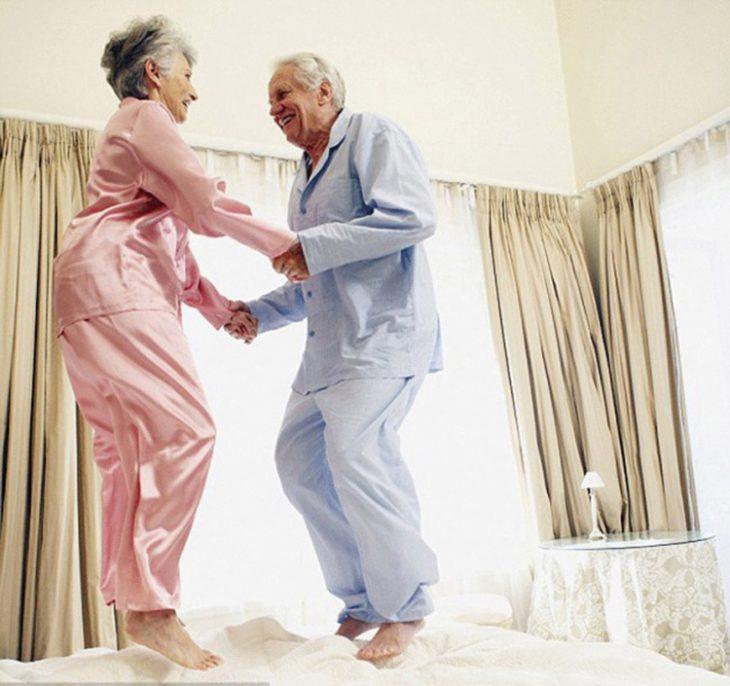 Abuelitos brincando en cama RecreoViral.com