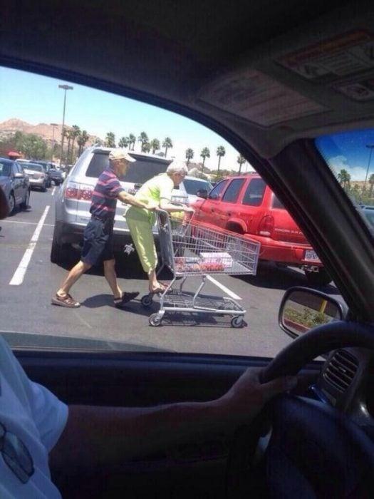 Abuelitos en carrito supermercado RecreoViral.com