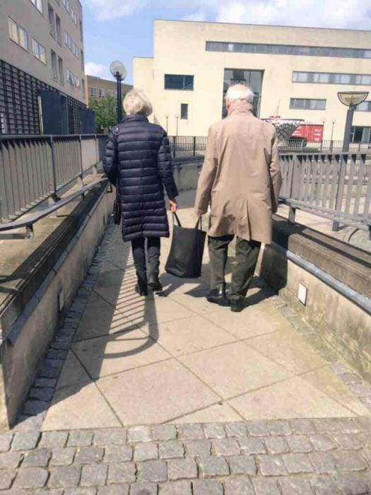 Abuelitos caminando juntos RecreoViral.com