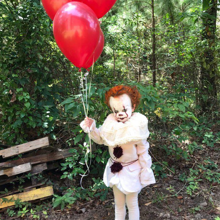 niño eso con globos rojos