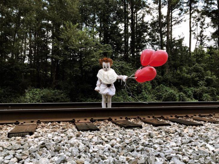 niño disfrazado de eso en las vias del tren