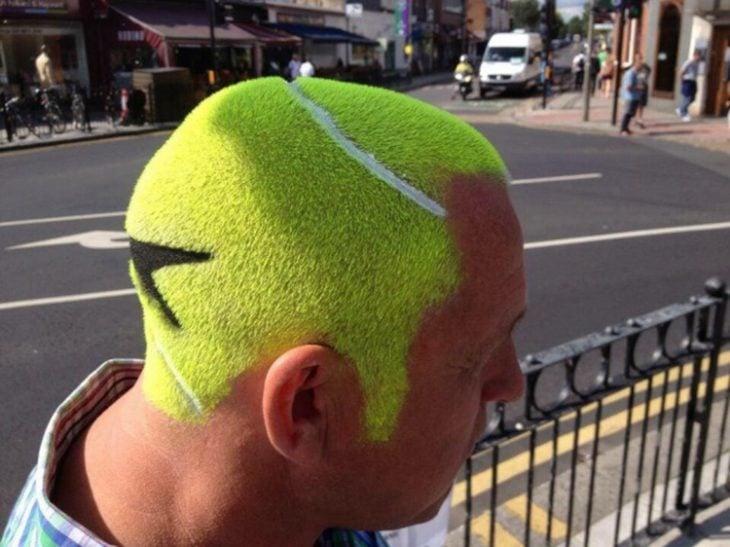 Hombre con cabello de pelota de tennis