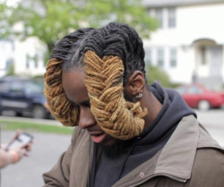 Hombre cabello parecen cuernos