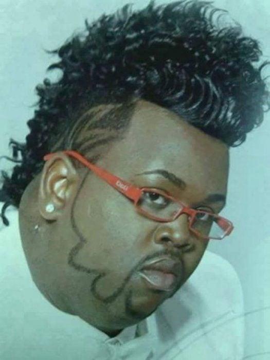 Hombre cabello ridículo