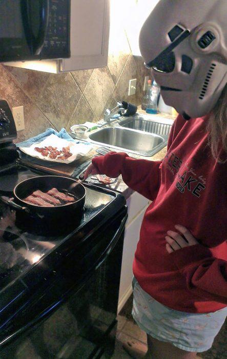 Cocinando con casco star wars