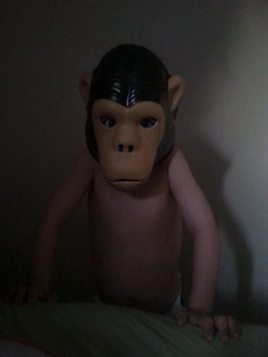Niño con máscara de simio