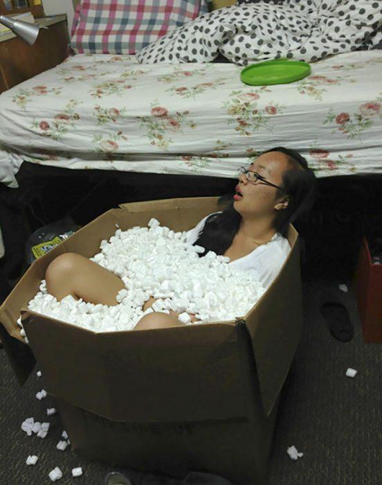 Chica dormida en caja