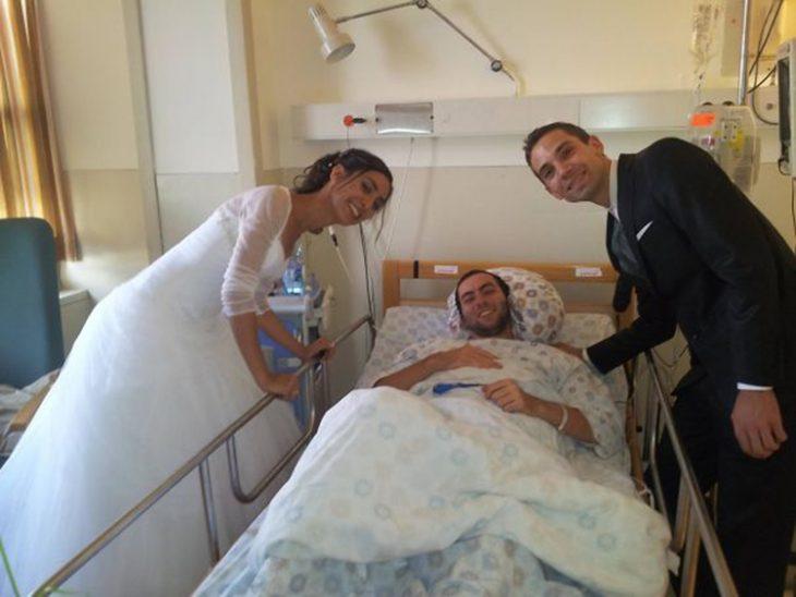 Amigos en el hospital con su amigo