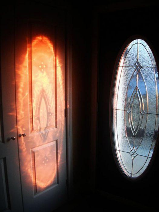 Reflejo siniestro en la puerta