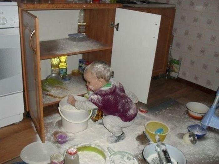 Bebé tira la harina