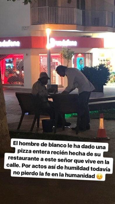 Le regala pizzas a hombre de la calle