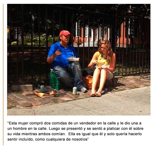 Mujer comiendo con hombre de la calle