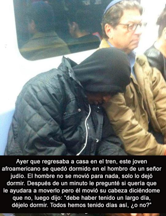 hombre dormido en el hombro de otro en el metro