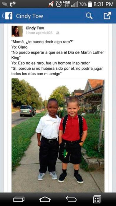 Niño blanco y niño negro amigos
