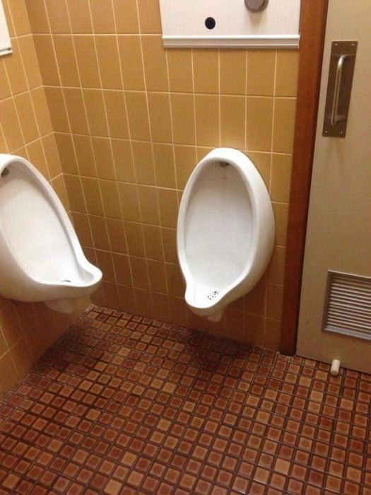 urinales muy cerca