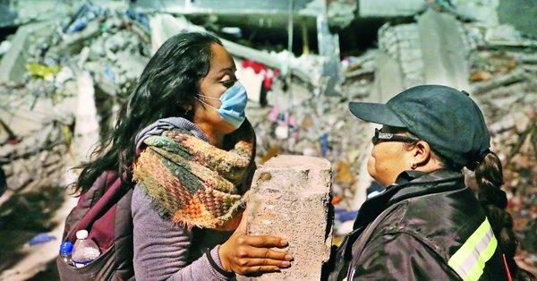 Terremoto México - pasando bloques de cemento