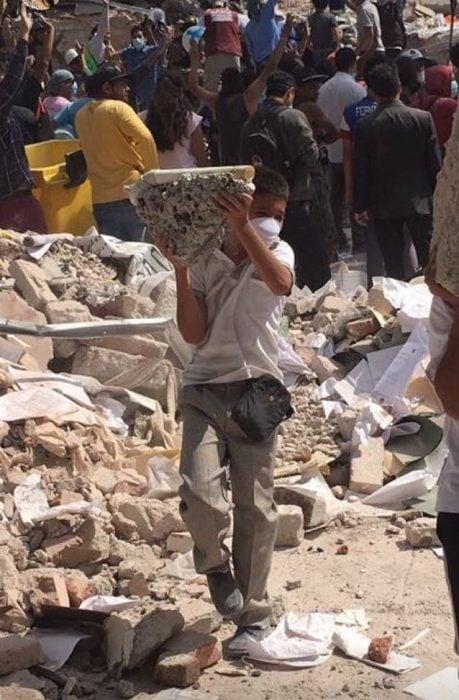 Terremoto México - niño llevando cemento