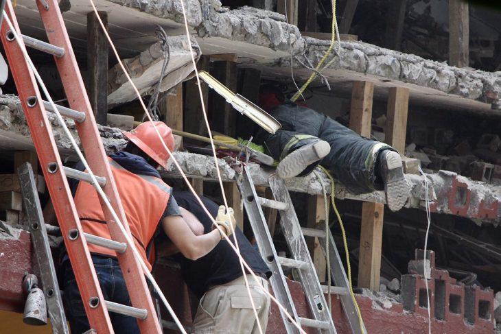 Terremoto México - se meten en los escombros
