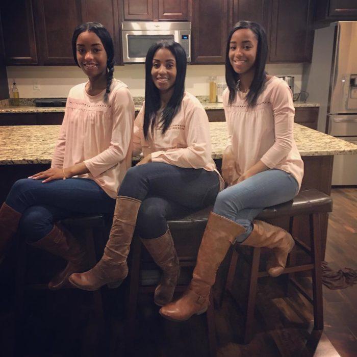Madres e hijas parecidas jóvenes y bellas tres
