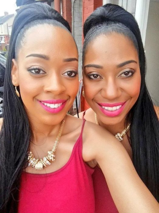 Madres e hijas parecidas jóvenes y bellas gemelas idénticas