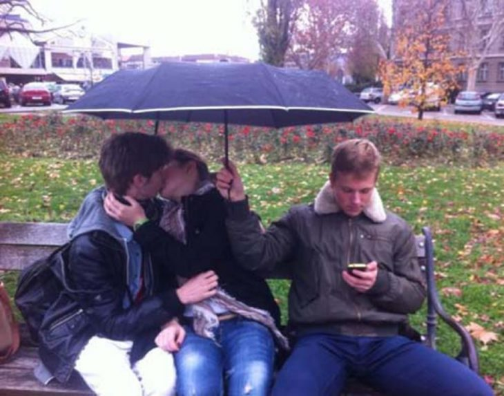 mal tercio sosteniéndo el paraguas