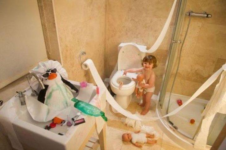 Niño con tiradero en el baño