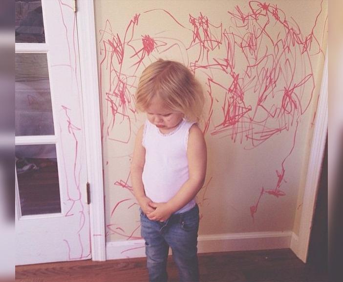 Niña pintó la pared