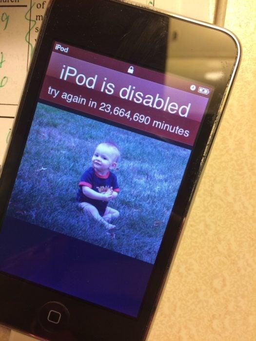 Niño bloqueó el celular